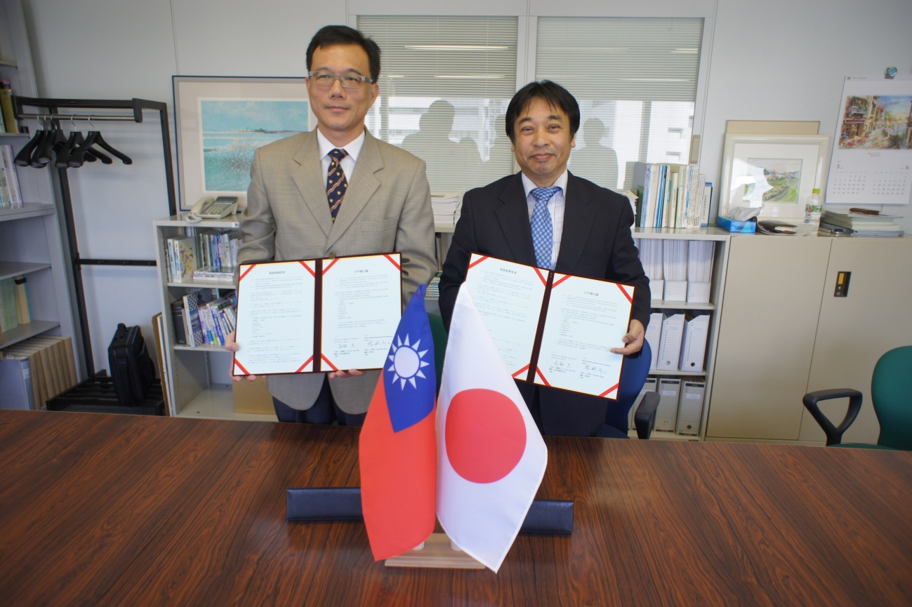 (左)金屬工業研究發展中心産業升級服務處長 楊氏(右)弊社代表取締役社長 森脇